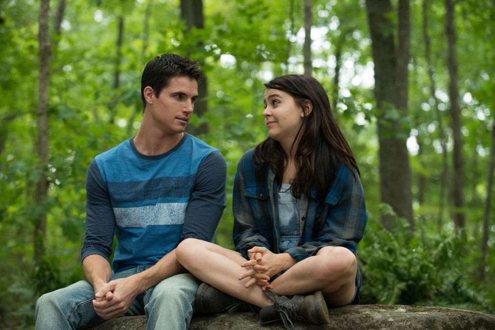 "Robbie Amell and Mae Whitman as Wesley and Bianca in ""The Duff."""