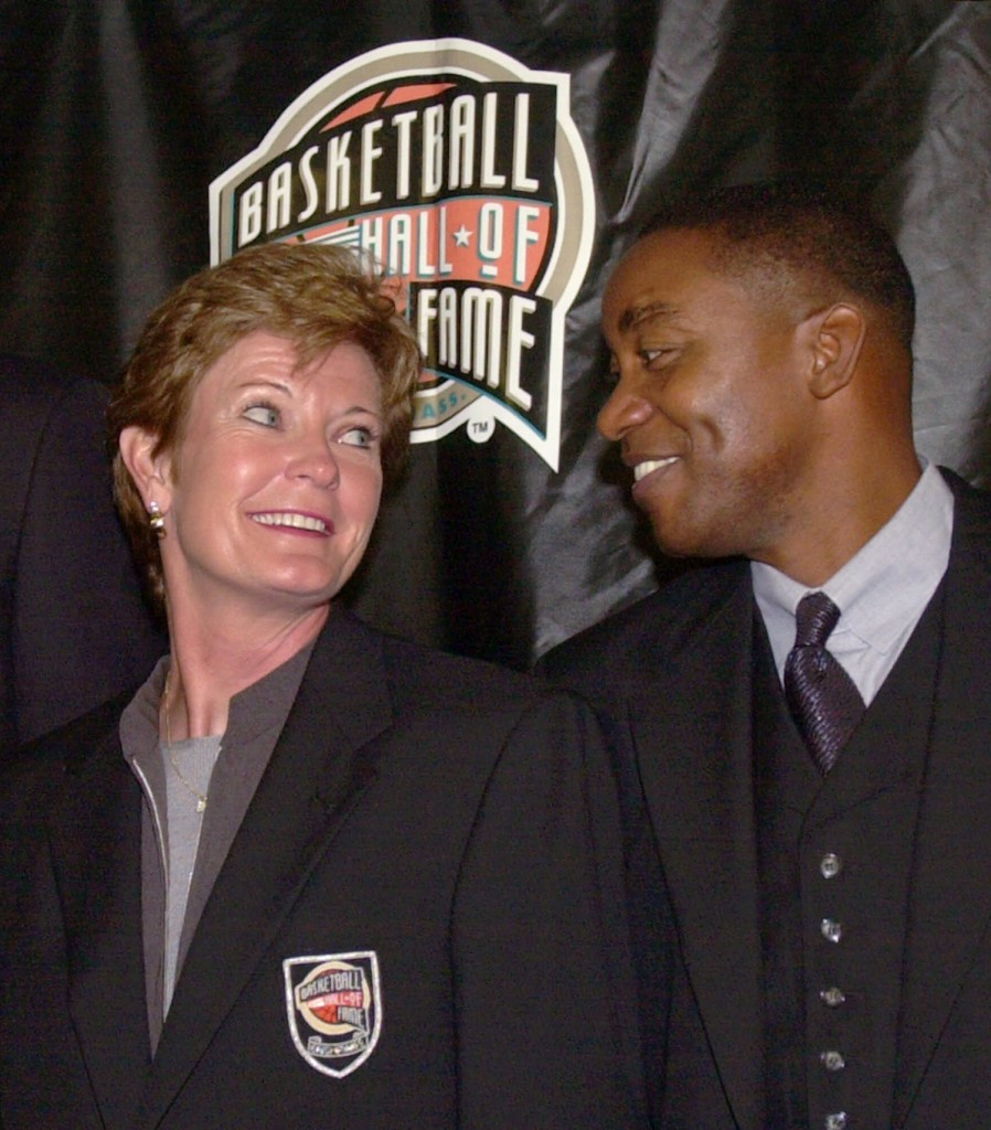 Summitt, left, and former Detroit Pistons all-star guard Isiah Thomas appear at a news conference to introduce the inductees into the 2000 Basketball Hall of Fame in Springfield, Mass.