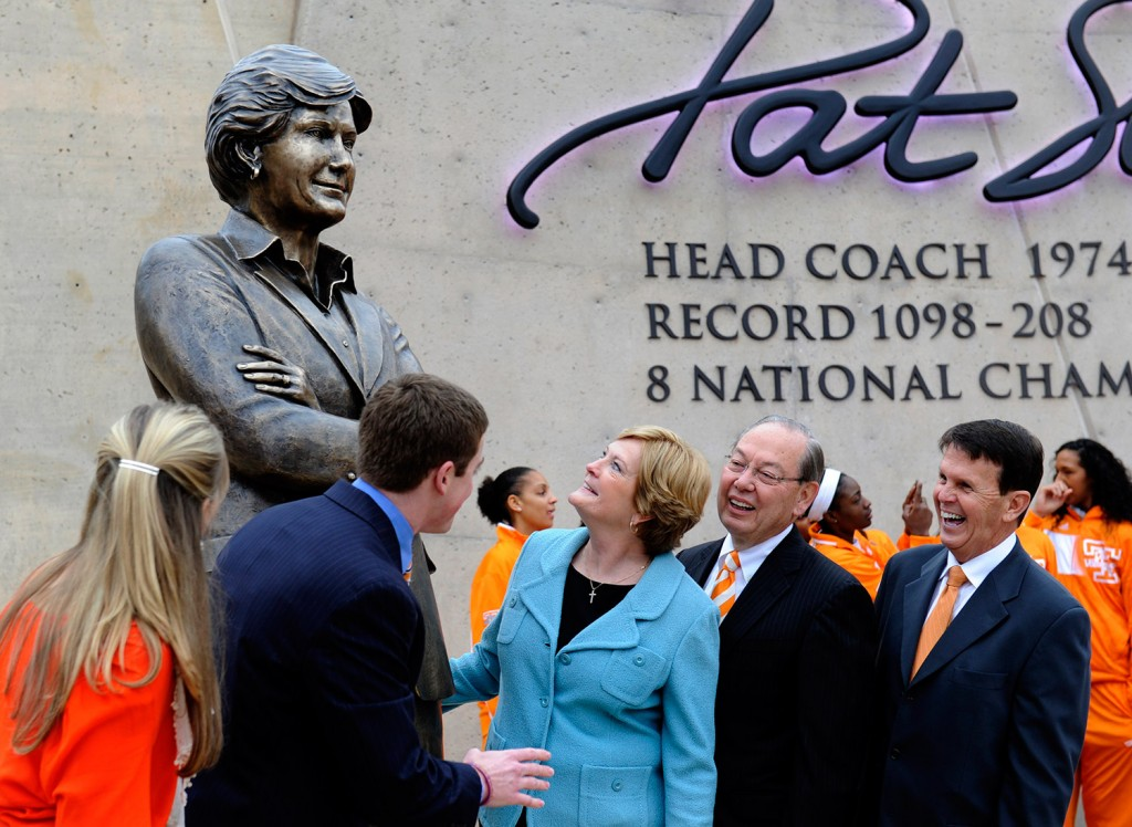 Tennessee women's basketball coach emeritus Pat Summitt, center, looks at the statue unveiled in her honor, in Knoxville, Tenn. With Summitt are, from left, her daughter-in-law AnDe Summitt, son Tyler Summitt, UT Chancellor Jimmy Cheek, and director of athletics Dave Hart.