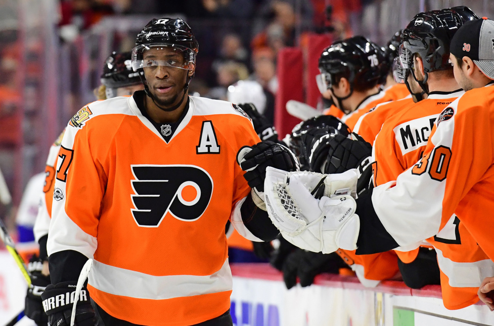 Flyers right wing Wayne Simmonds celebrates with teammates after his first-period goal in Philadelphia's 3-1 loss at home to the Islanders on Thursday night.