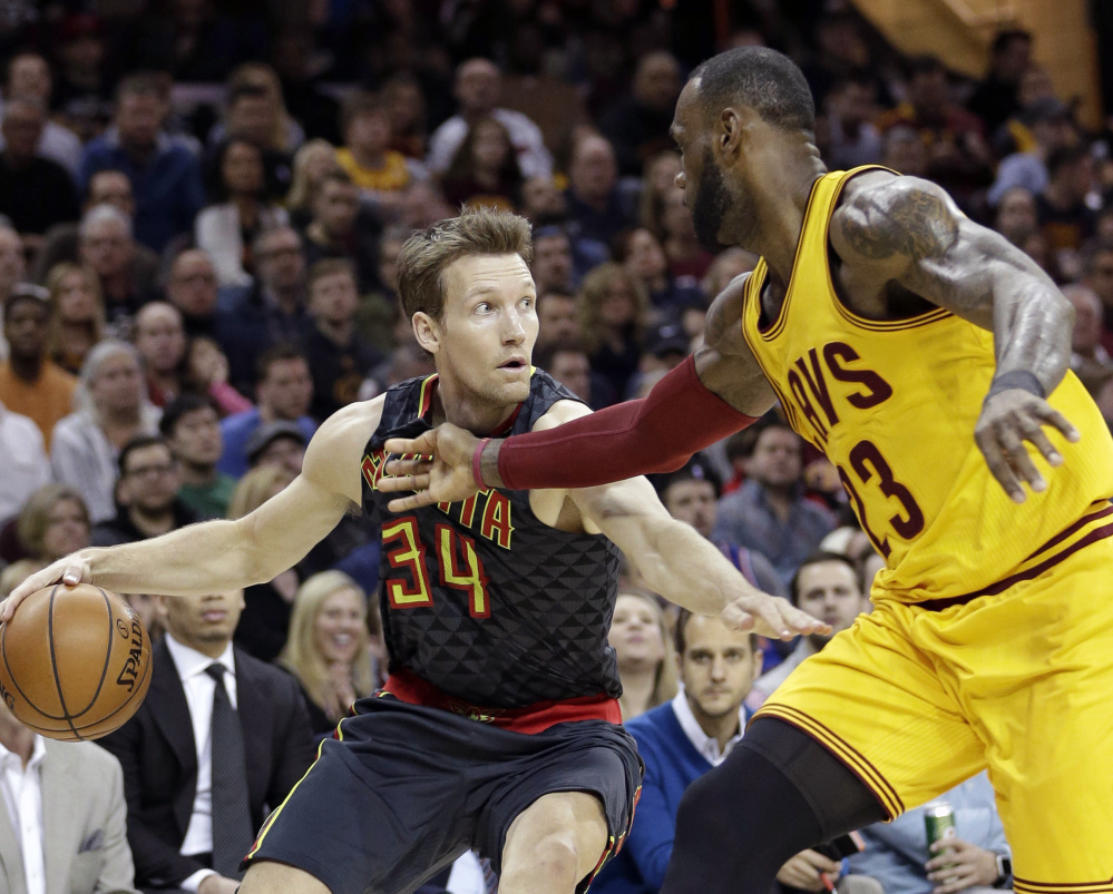 Mike Dunleavy, who finished with 20 points for the Atlanta Hawks, drives against LeBron James of the Cleveland Cavaliers during the first half of the Hawks' 114-100 win Friday night.