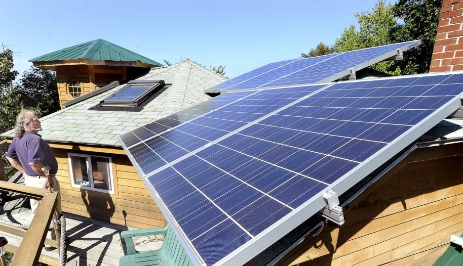 A bill with broad legislative support would provide incentives to new customers to support an industry that provides local jobs, and give Maine time to figure out the relationship between solar generators and utilities.
