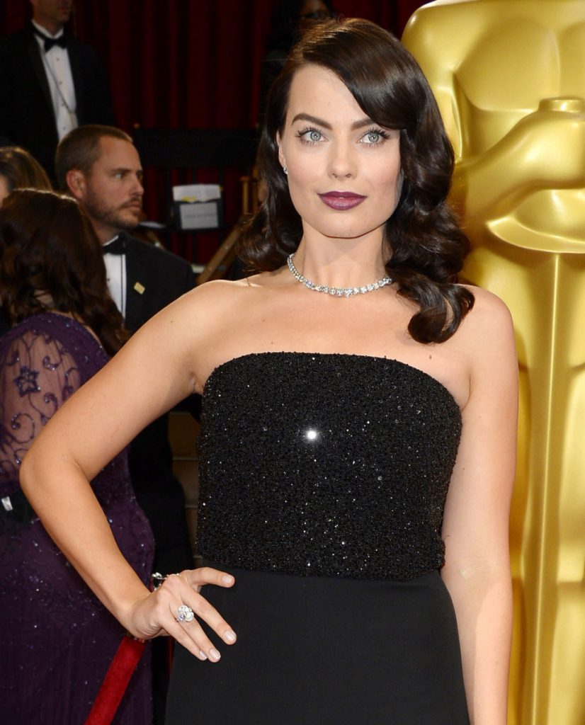 Margot Robbie arrives at the 2014 Oscars wearing a 60-carat diamond Riviera necklace and 14-carat ring.