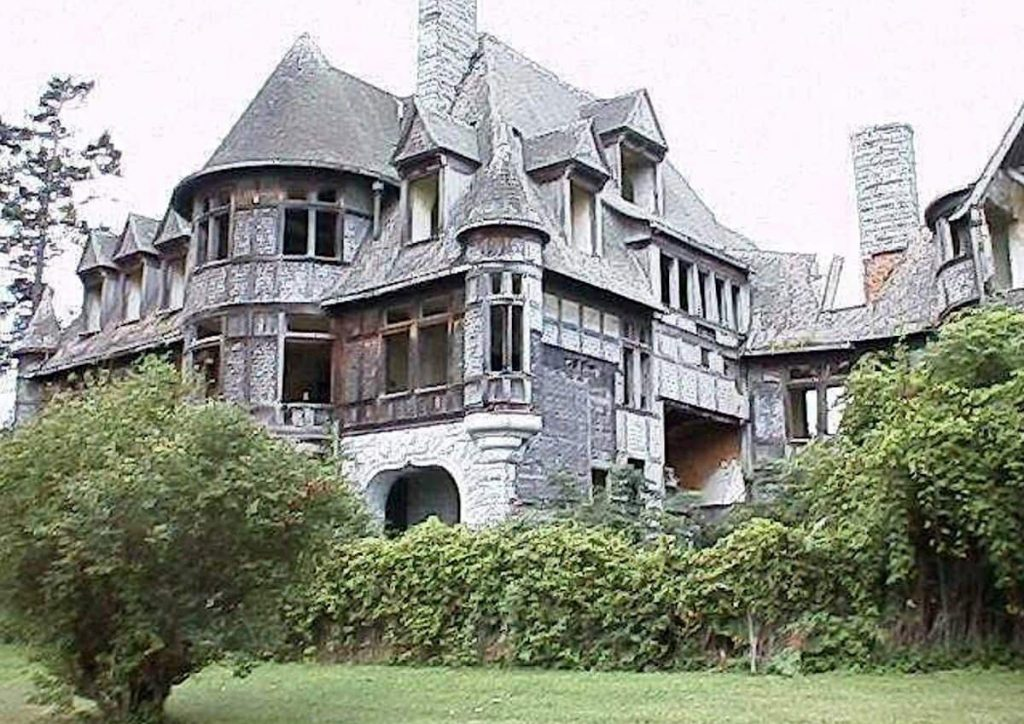 Wyckoff Villa on Carleton Island in Cape Vincent, N.Y., listing for $495,000, has been vacant for 60 years. Remington typewriter magnate William Wyckoff died of a heart attack the first night he stayed in the home.