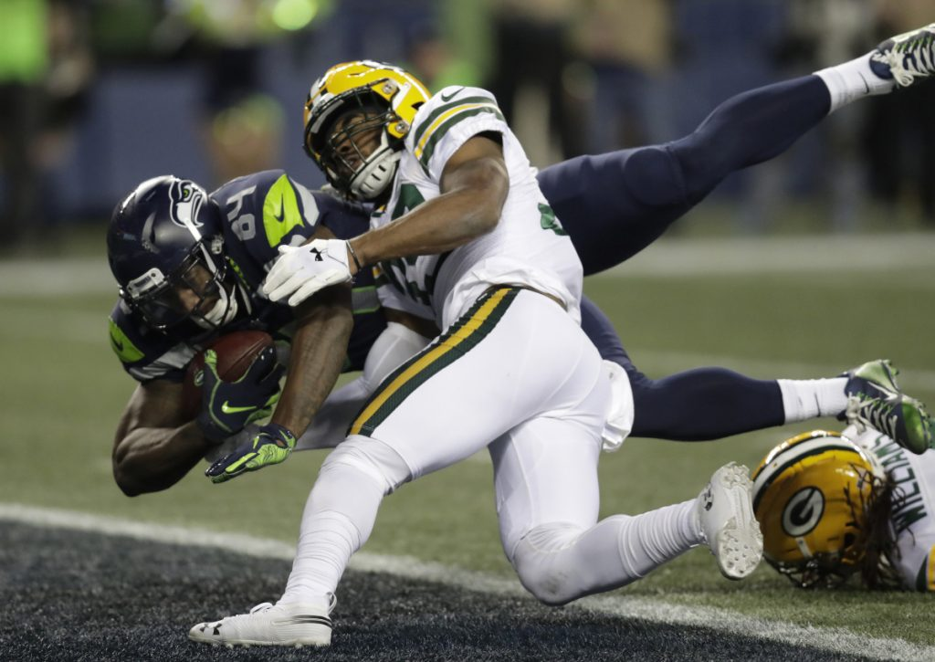 Seattle's Ed Dickson scores the winning touchdown with 5:08 left in the fourth quarter Thursday night in a 27-24 win that kept the Seahawks' playoff hopes alive.