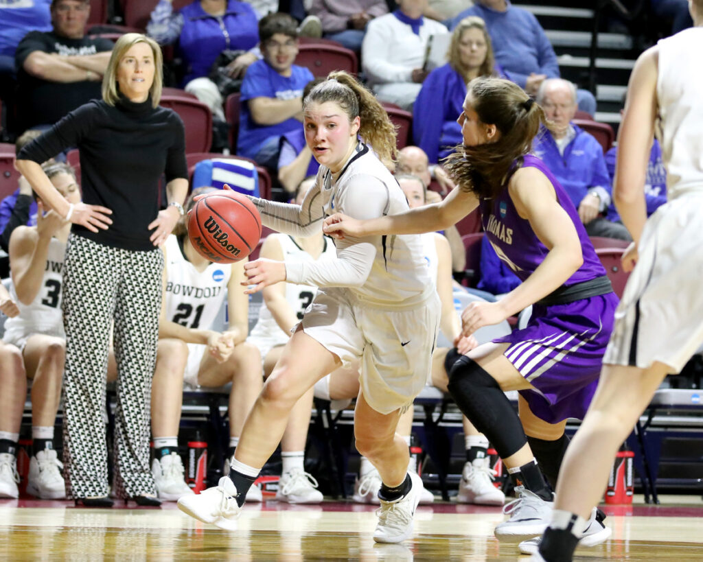 Abby Kelly of Bowdoin makes a move to the basket during the NCAA Division III semifinal Friday. Kelly had 21 points.